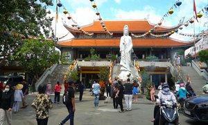 Hai ngôi chùa đông khách dịp Vu Lan ở Sài Gòn