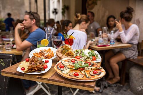 Nhiều nhà hàng trên thế giới từ chối cho khách mang đồ ăn thừa trong khẩu phần của họ về nhà. Ảnh: Toronto Star.