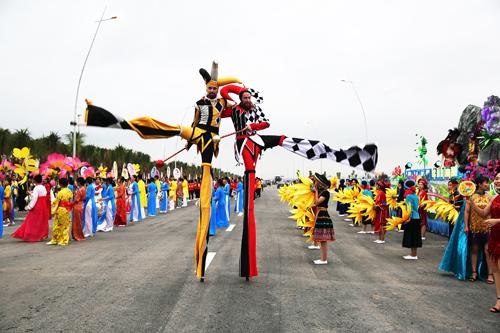 Chương trình diễu hành Carnaval Hạ Long 2019 đãkhuấy động khu vực bờ biển Bãi Cháy bằng những màn trình diễn nghệ thuật đẹp mắt, độc đáo. Ảnh: Đỗ Phương.
