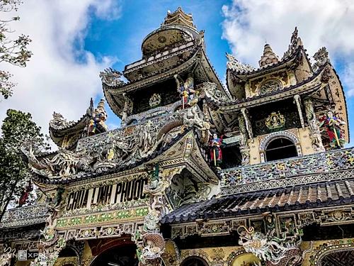 Chùa Ve Chai, Đà Lạt  Chùa Linh Phước nằm cách trung tâm Đà Lạt 8 km về phía đông nam, có nét kiến trúc khảm sành sứ đặc sắc. Ấn tượng nhất là công trình Long Hoa viên với hình dáng con rồng uốn lượn dài 49 m, rộng 1,3 m, có vảy rồng được làm từ mảnh vỡ của 12.000 vỏ chai bia. Do vậy chùa còn được du khách biết đến với tên chùa Ve Chai. Chánh điện rộng 22 m, có chiều dài 33 m, nổi bật với Tiền đàn bảo tháp cao 27 m chạm trổ hình rồng. Nổi bật tại nội điện là bức tượng Đức Phật Thích Ca cao 4,9 m được dát vàng, xung quanh là những bức phù điêu khảm từ các mảnh sành. Ảnh: Di Vỹ.