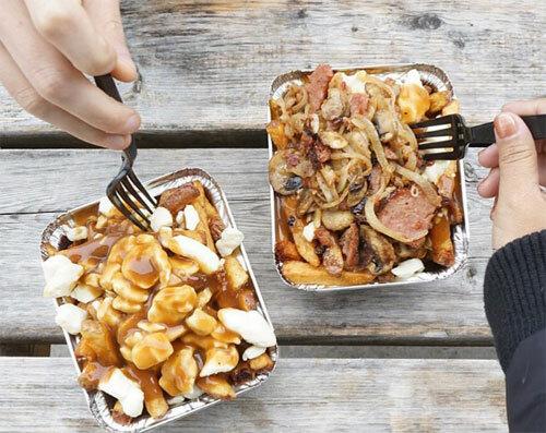 PoutinePoutine là một trong những món ăn phổ biến của người dân Canada. Người dân thường ăn nó trong bữa tối, gồm khoai tây chiên ăn kèm pho mát, sữa, nước sốt thịt. Bạn có thể bắt gặp món ăn này ở mọi nơi tại Canada và một số vùng ở khu vực phía bắc nước Mỹ. Ảnh: Hostel world.