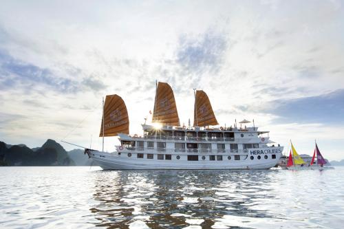 Hera Cruises là du thuyền có dịch vụ tốt ở di sản thiên nhiên thế giới vịnh Hạ Long. Đến chân đến đây, du khách trong và ngoài nước trải nghiệm ngắm hoàng hôn, chụp những bức hình đẹp.