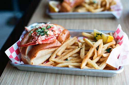 Tôm hùmCanada là một đất nước rộng lớn với bờ biển dài. Do vậy khi tới đây, du khách có thể thưởng thức nhiều loại hải sản tươi ngon như tôm hùm bờ Đông, cá hồi Đại Tây Dương và Thái Bình Dương, cá hồi hun khói... Một trong những món ăn phổ biến tại đất nước này làcàng tôm hùm ăn kèm bánh mỳ, khoai tây chiên. Nếu vào các nhà hàng, bạn có thể thưởng thức món tôm hùm hấp bơ hoặc rượu vang. Ảnh: Hostel world.