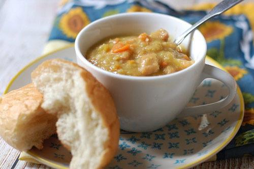 Súp đậu khôSúp đậu khô có nguồn gốc từ Pháp, nhưng được nhiều người Canada yêu thích vì độ béo của đậu khô và thịt muối, thích hợp với thời tiết lạnh ở Canada. Món ăn này gồm thịt ướp muối, hạt đậu khô và các loại rau củ theo mùa hầm nhừ cho tới khi nước đặc quánh. Bạn có thể ăn kèm với bánh mỳ nướng.
