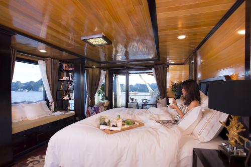 Ngoài thưởng cảnh, du thuyền để lại ấn tượng với du khách khi thưởng thức những bữa ăn cao cấp với thực phẩm hảo hạng ở nhà hàng Lily có tầm nhìn toàn cảnh vịnh Hạ Long thơ mộng. Thực đơn chọn món phong phú hoặc Buffet BBQ dành các đoàn thuê tàu riêng.   Bộ dụng cụ dao nĩa cao cấp mà Hera Cruises sử dụng thuộc nhãn hiệu Robert Welch danh tiếng. Cocktails trên du thuyền độc đáo được pha chế bởi những bartender tài ba, sử dụng nguyên liệu Việt với những hương vị hấp dẫn.