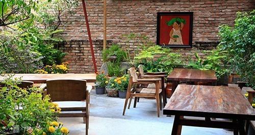 Hum VegetarianHum Vegetarian Nhà hàng được trang trí đậm chất làng quê Việt Nam, đem lại cho thực khách cảm giác gần gũi và thoải mái khi dùng bữa. Dù nằm trên đường đông đúc, không gian nhà hàng vẫn yên tĩnh. Ảnh: Hum Vegetarian.