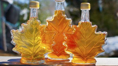 Siro lá phongNgắm lá phong vốn là một hoạt động không thể bỏ qua khi đến Canada, nhưng mang về một chai siro lá phong để làm quà tặng sẽ là 1 điều tuyệt vời hơn nữa.