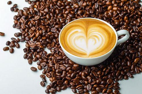Người Italy bắt đầu ngày mới mà không thể thiếu một tách cà phê. Ảnh: Italy Magazine.