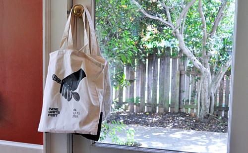 Sử dụng túi vải sẽ giúp bạn bảo vệ môi trường hơn thay vì dùng túi nilon. Ảnh: Cool Mom Eats.