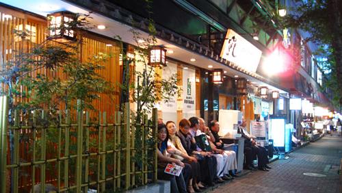 Các quán bar là nơi công cộng, nhưng du khách nên giữ yên tĩnh. Ảnh: CNN.