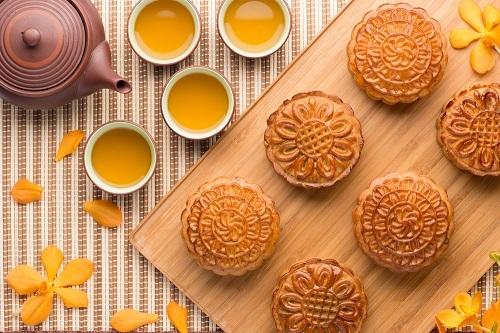 Bánh nướng trung thu thường chứa nhân đậu đỏ và hạt sen. Ảnh: Bens Independent.