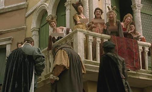 Các cô gái bán hoa còn đứng trên ban công hay cửa sổ gầncầu Ponte delle Tette, để lộ vòng một để lôi kéo khách. Trên ảnh là một cảnh tái hiện lại phố đèn đỏ Venicetrong bộ phim chuyển thể từ vở kịch cùng tên Il mercante di Venezia (Thương gia của Venice)do William Shakespeare viết vềvào thế kỷ 16. Ảnh: Abbraccie Popcorn.