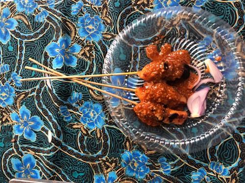 Nhiều khách hồn nhiên cho lễ tân, nhân viên khách sạn đồ ăn mà họ vừa ăn dở. Ảnh minh họa: Phương Anh.