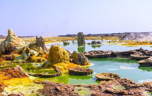 Danakil còn sở hữu các núi lửa, những hồ axi và lưu huỳnh. Quang cảnh khắc nghiệt ở nơi đây khiến nhiều người liên tưởng đến cuộc sống trên sao hỏa. Ảnh: The Atlantic.