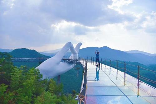 Cầu Liên Thủ ở Trung Quốc nằm trên một ngọn núi cao, có không khí mát mẻ. Vào mùa hè, nhiệt độ nơi đây chỉ khoảng 26 độ C. Ảnh: Sohu.