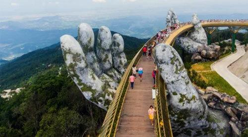 Cầu Vàng ở Đà Nẵng, nằm trên núi Bà Nà. Ảnh: CNN.