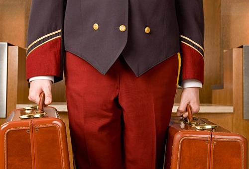 Nhiều phục vụ khách sạn cũng cảm thấy chạnh lòng khi nghe được các câu nói vô tâm từ khách du lịch nói về nghề nghiệp của mình. Ảnh: Get Jobs Daily.