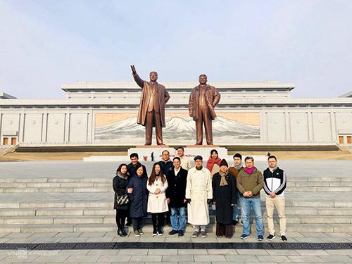 Đoàn khách chụp ảnh trên quảng trường đồiMansudae ở thủ đô Bình Nhưỡng. Ảnh:NVCC.