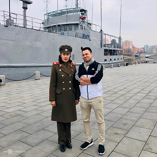 Anh Sơn (phải) chụp ảnh lưu niệm cùng một sĩ quan quân đội Triều Tiên trước Tàu gián điệp MỹUSS Pueblotrưng bày tại Bảo tàng Chiến tranh Giải phóng Tổ quốc Victorious ngày 9/3. Ảnh:NVCC.