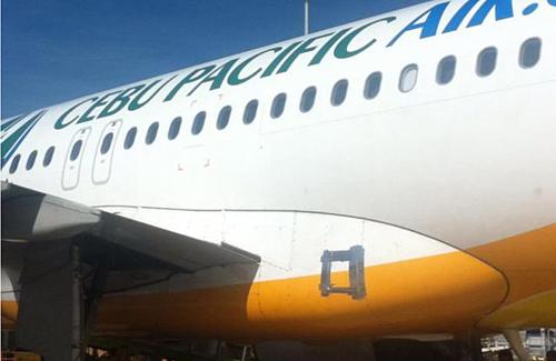 Một chiếc Airbus A320 của hãng Cebu Pacific đã được dán băng dính trên thân. Ảnh: Facebook.