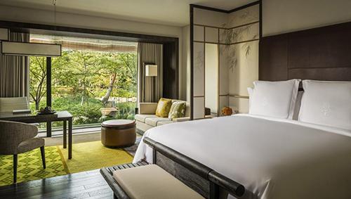 Phong cảnh thiên nhiên là điểm cộng của khách sạn Four Seasons Kyoto. Ảnh: Booking.