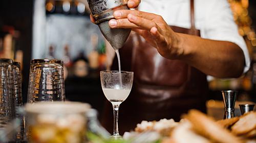 Quầy bar ở khách sạn thường có giá cocktail cao hơn các quán thông thường. Ảnh: Vinepair.