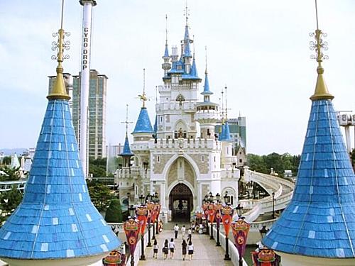 Với địa điểm trong trung tâm Seoul, Lotte World có lợi thế về thu hút du khách. Ảnh Trazi