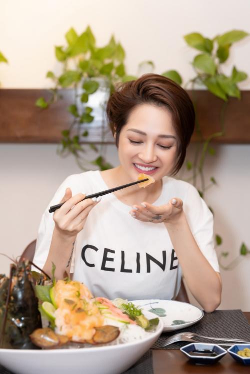 Bảo Anh thưởng thức sashimi tôm hùm tại Vua Cua.