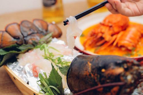 Sashimi tôm hùm được nhiều người yêu thích.