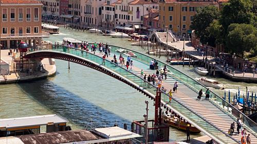 Ponte dellaCostituzione nối nhà gaSanta Lucia vớiquảng trường Piazzale Roma. Ảnh: istock.