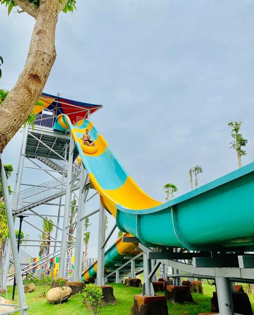 Đến công viên nước Thanh Hà, du khách sẽ được trải nghiệmnhiều trò chơi hấp dẫn như: cầu trượt nước, trượt ống, sông lười, biển nhân tạo, trượt máng nước...