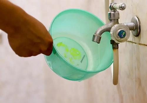 Nguồn nước nhà một hộ dân Đà Nẵng nhỏ từng giọt. Ảnh: Nguyễn Đông.