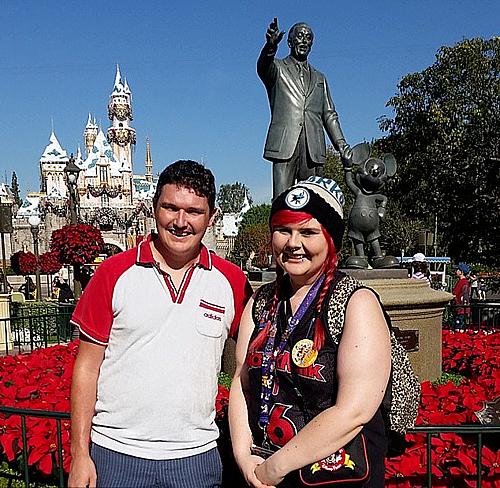 Fiona chụp ảnh cùng anh trai tại công viên Disneyland ở Mỹ. Ảnh:Fiona Melbul.