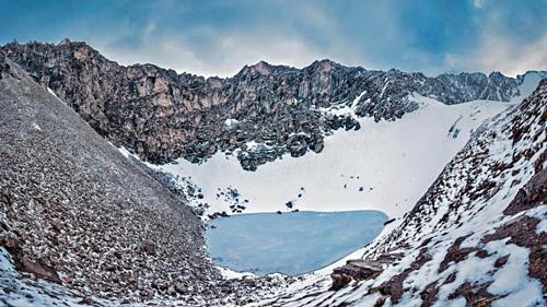 HồRoopkund có đường kính hơn 30 m vàđóng băng 11 tháng trong năm. Ảnh: Atish Waghwase/Hindu Times.