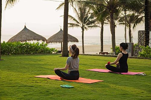 Chọn các khu nghỉ dưỡng cao cấp, du khách sẽ có thêm nhiều trải nghiệm như spa, yoga, đạp xe đạp, đi dạo trên bãi biển riêng. Ảnh: booking.