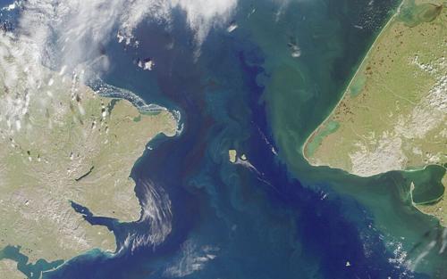 Mũi Cape Prince of Wales, Alaska ở bên phải, cách phần đất liền Siberia khoảng 80 km. Ảnh:NASA.