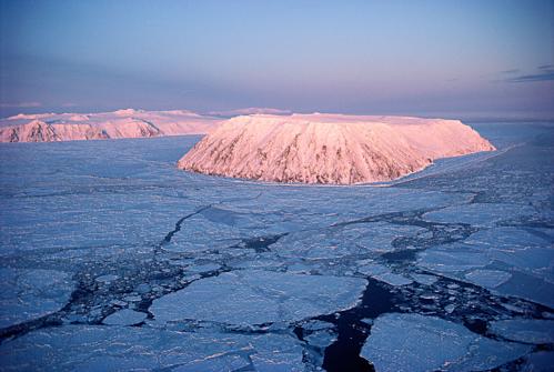 Người bản địa còn có thể đi bộ từ đảo Diomede Nhỏ (trước) sang đảo Lớn trên một cây cầu băng tự nhiên hình thành vào mỗi mùa đông. Ảnh:Ira Block.