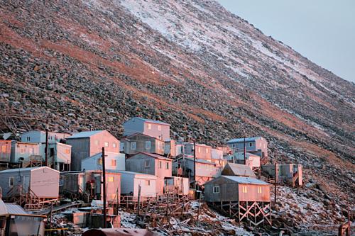 Làng Ignaluk trên đảo Diomede Nhỏ. Hòn đảo rộng hơn 725 hecta, với khoảng 100cư dân có cuộc sống đánh bắt truyền thống. Ảnh:Filmservices.