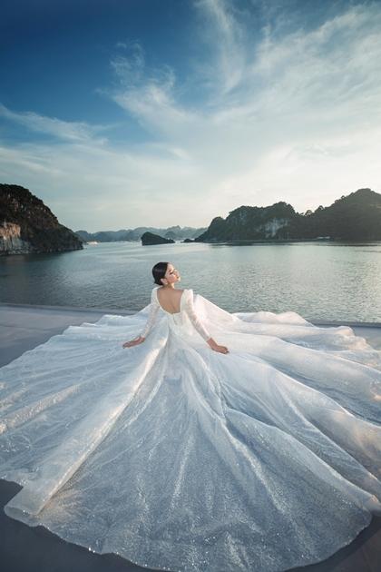 Juliette Bridal mang tới những chiếc váy cưới tinh tế trong bộ hình thực hiện trên du thuyền Paradise Elegance, vịnh Hạ Long.