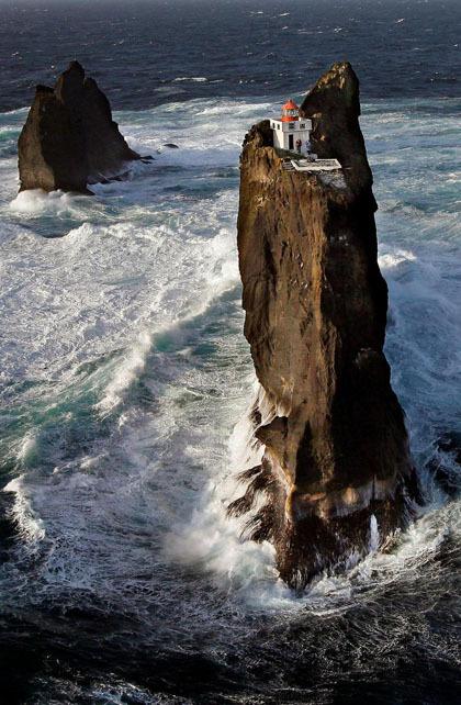 Þrídrangar mang ý nghĩa là ba cột đá, nhưng thực tế nơi đây có 4 cột: Stóridrangur, Þúfudrangur, Klofadrangur và một cột vô danh. Ảnh: Iceland monitor.