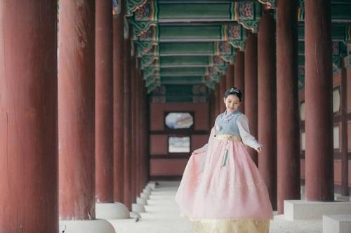 Trải nghiệm mặc trang phục truyền thống được nhiều du khách yêu thích ở cung Gyeongbokgung. Ảnh: Trip Zilla.