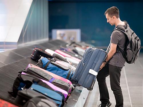 Mang ít hành lý xách tay sẽ giúp bạn tiết kiệm được rất nhiều thời gian khi quá cảnh. Ảnh: Insider.