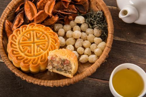 Không chỉ hiện diện lâu đời, bánh Trung Thu truyền thống còn gắn bó mật thiết với nền văn hóa của cả một dân tộc.
