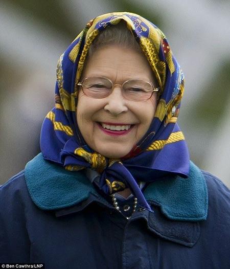 Khăn trùm đầu là một trong những trang phục yêu thích của Nữ hoàng. Ảnh: Ben Cawthra/LNP.