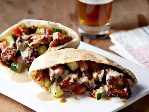 Shawarma là thịt gà hoặc cừu nướng được thái mỏng, cuộn trong bánh mì dẹt cùng cà chua, bắp cải, dưa chuột, hành tây và nước xốt. Ảnh: Food Network.