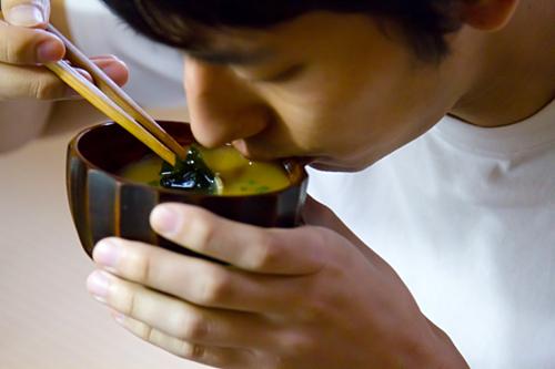 Người Nhật cũng nâng bát miso gần miệng để tránh rớt ra ngoài. Ảnh: SoraNews24.