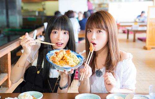 Trong trường hợp không có đồ gắp chung, người ăn có thể đảo đầu đũa để lấy thức ăn theo phép lịch sự. Họ có thể bỏ qua quy tắc này với người thân thiết. Ảnh: All About Japan.