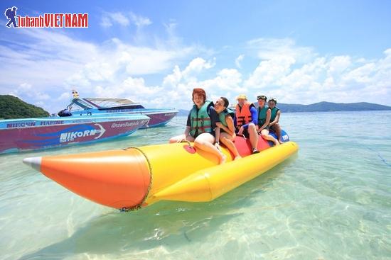 Du khách tham gia các trò chơi dưới nước sôi động.