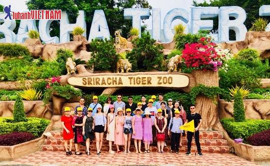 Khách du lịch khám phá thế giới động vật ở trại hổ Sriracha.