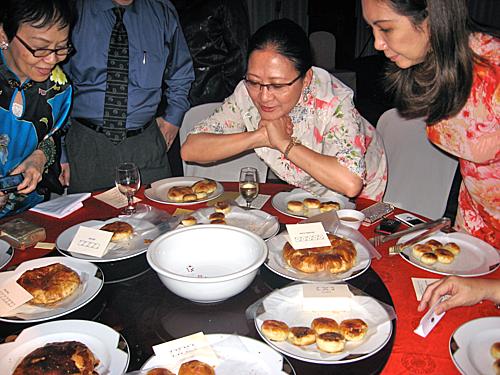 Philippines:Tết Trung thu ở Philippines bắt nguồn từ những người gốc Hoa đến đây sinh sống và làm việc. Lễ hội sẽ kéo dài trong vòng hai ngày. Đèn lồng đỏ, băng rôn được treo khắp các cửa hàng và con phố khu Chinatown. Ngoài múa lân, rước đèn ở đây còn có những chiếc xe hoa diễu hành trong trang phục truyền thống của người Hoa. Bánh trung thu ở Philippines thường được gọi là Hopia với nhiều phiên bản khác nhau. Ảnh: Dawnmcclary.